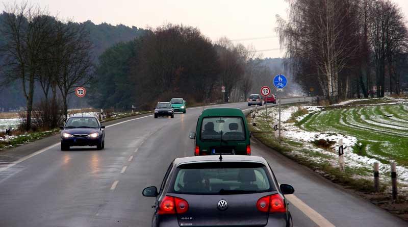 Autos auf winterlicher Straße