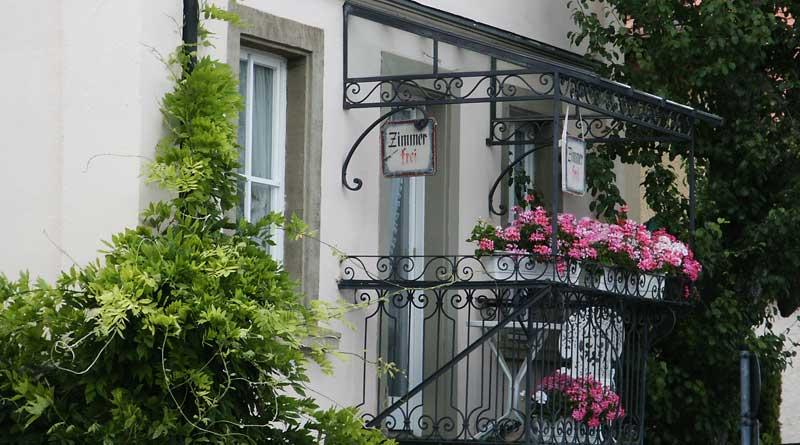 """Balkon mit Schild """"Zimmer frei"""""""