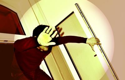 Einbrecher steigt durch Fenster ein