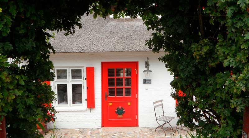 Ferienhaus mit roter Tür