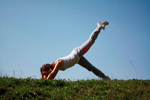 Frau bei Yoga im Freien