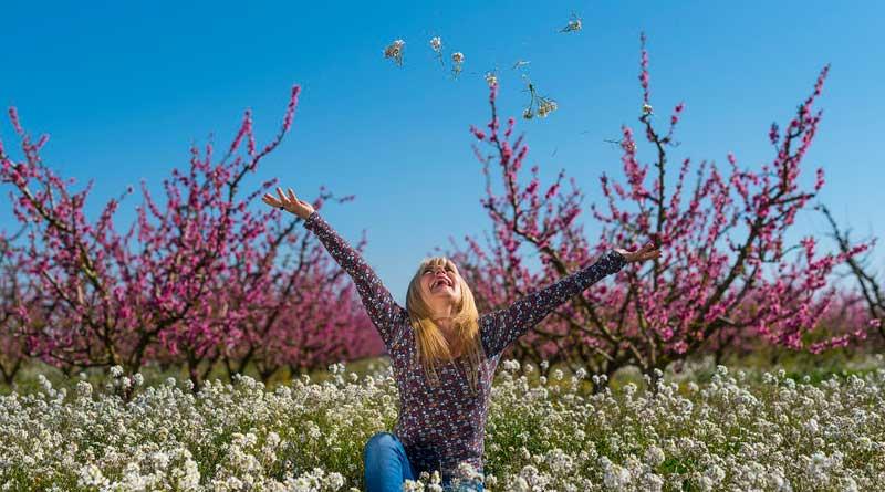 Frau auf Frühlingswiese