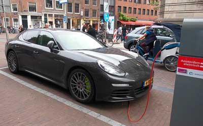 Auto an Stromtankstelle in Amsterdam