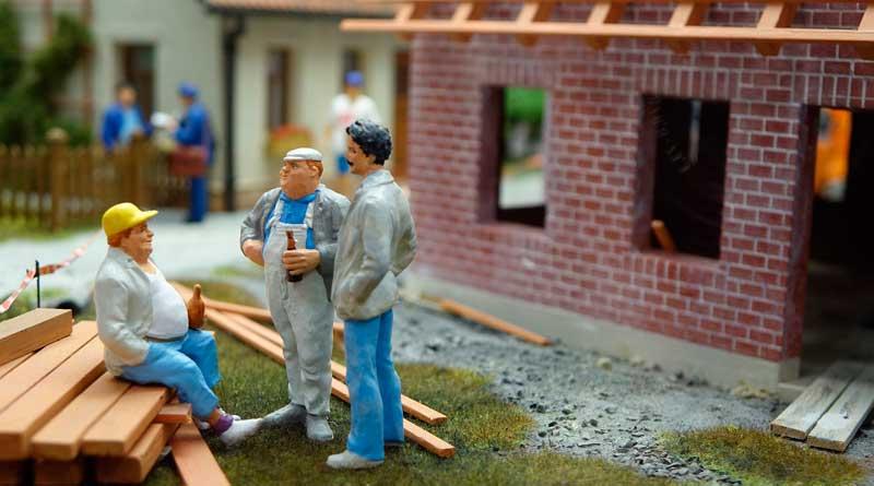 Bauarbeiter vor Rohbau