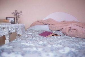Bett mit Buch und Decke