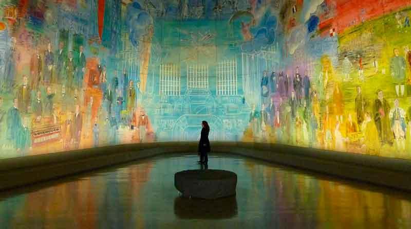 Frau betrachtet riesiges Gemälde