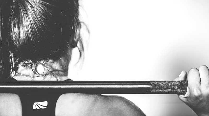 Frau stemmt Gewicht