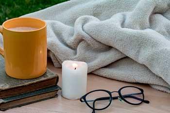 Buch, Kerze, Decke, Kaffeetasse