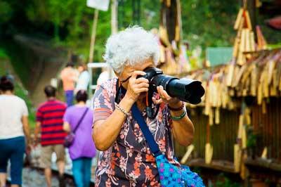 Alte Frau fotografiertauf einem Markt