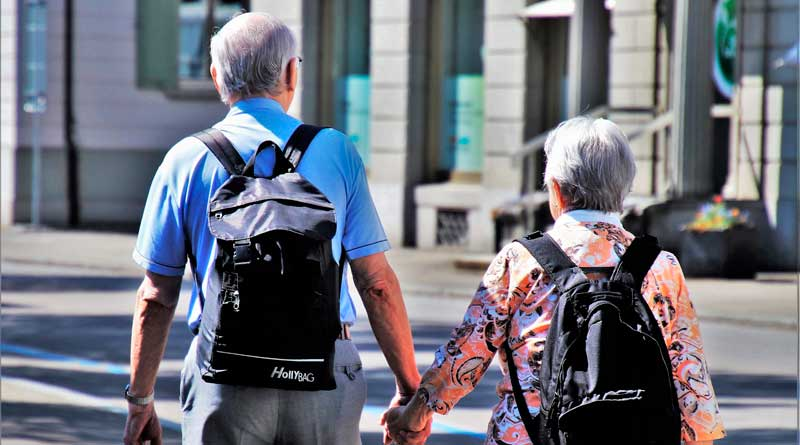 Älteres Ehepaar mit Rucksäcken