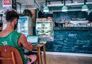 Mann mit Notebook in einem Café