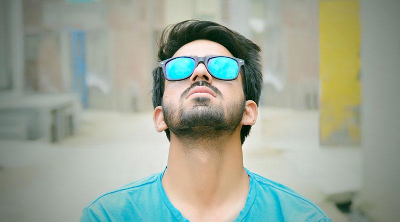 Mann mit Sonnenbrille und vollem Haar