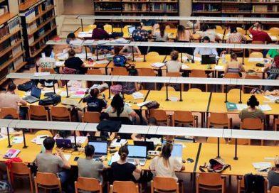 Studenten in der Unibibliothek