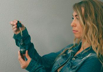 Frau mit CBD-Öl-Flasche