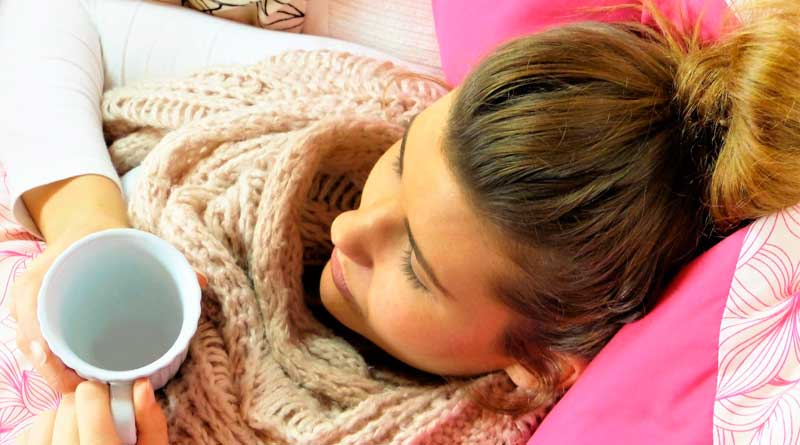 Frau kuriert Erkältung mit Tee aus