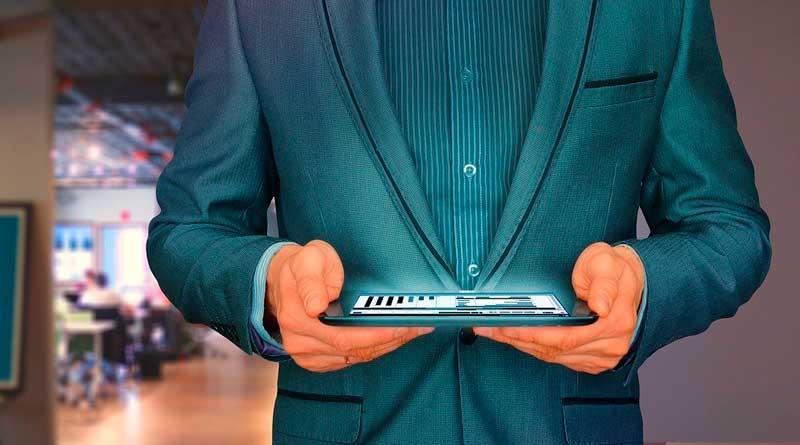 Mann erfasst Arbeitszeit am Tablet