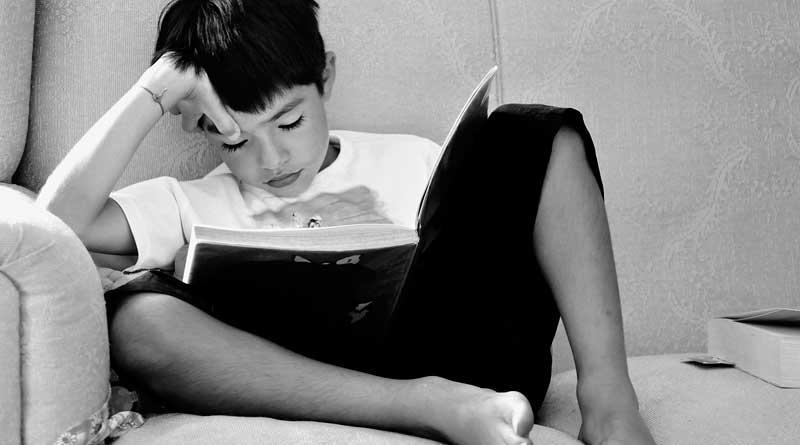 Ein unmotiviertes Kind liest ein Buch