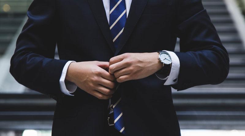 Mann im Anzug, Uhr am Handgelenk
