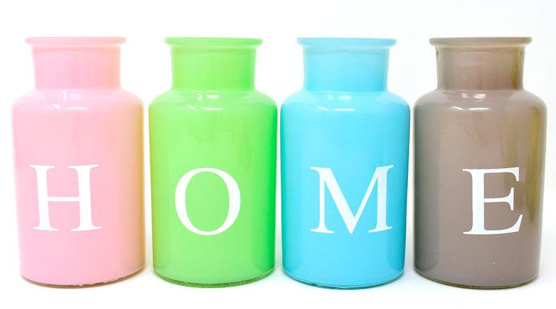 Vier Vasen bilden das Wort HOME