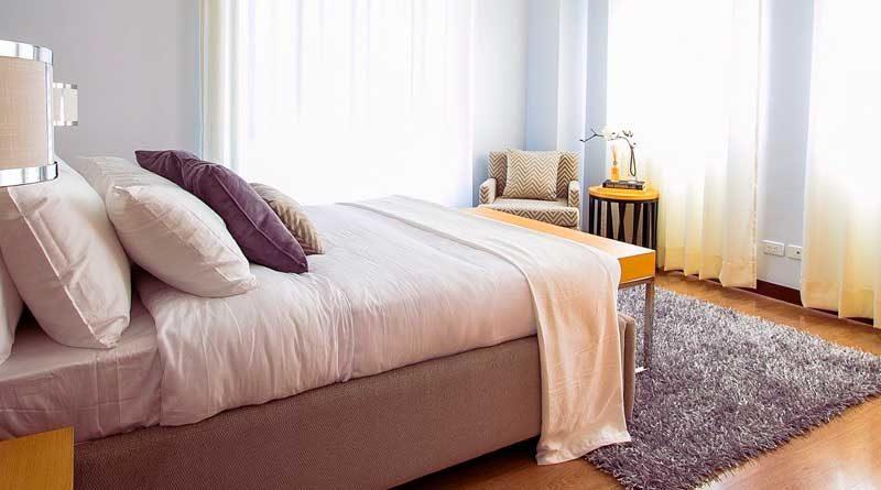 Modernes Bett mit Matratze