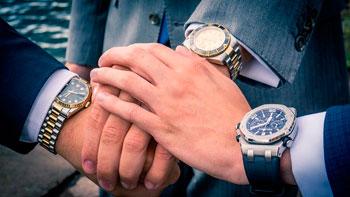 3 Männer mit unterschiedlichen Armbanduhren