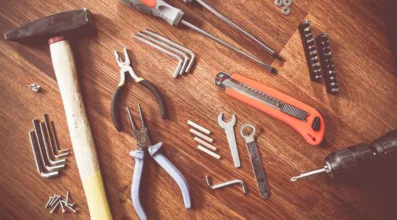 Diverse Werkzeuge wie Hammer, Zange usw.