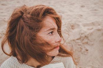 Rothaarige Frau mit Sommersprossen