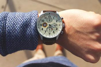 Uhr am Handgelenk eines Mannes
