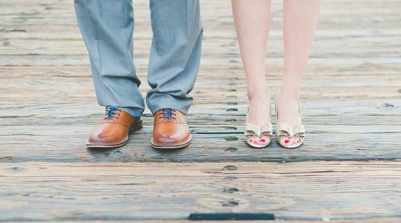 Füße und Beine von einem Mann und einer Frau