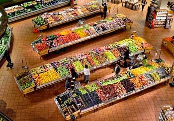 Obst- und Gemüseabteilung eines Supermarktes
