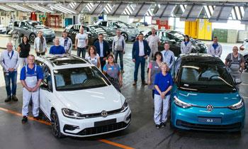 Mitarbeiter von VW Zwickau mit den neuen ID.3