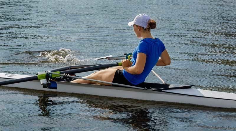 Frau im Ruderboot