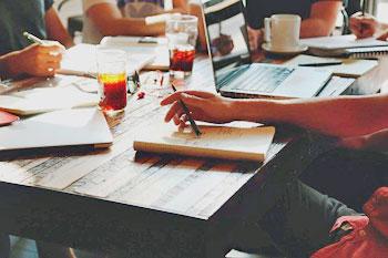 Arbeitstisch in einem Startup