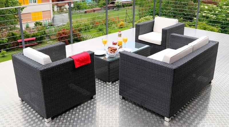 Loungemöbel auf einer Gartenterrasse