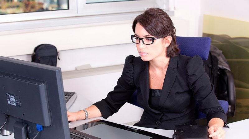 Buchhalterin am PC