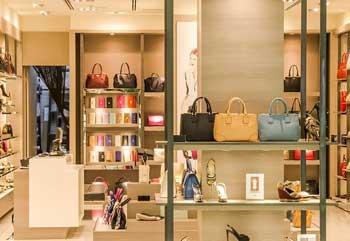 Eleganter Laden für Schuhe und Taschen