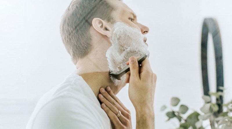 Mann bei der Nassrasur