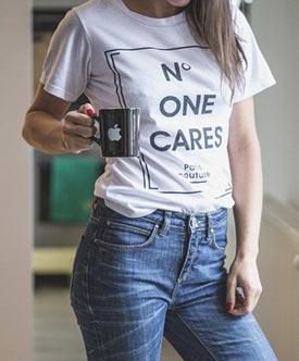 Frau in bedrucktem T-Shirt und Jeans