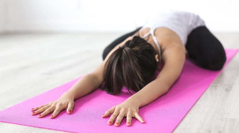 Frau Asana auf Yogamatte