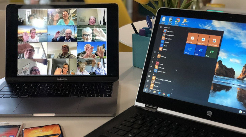 Laptop und Tablet mit Videokonferenz