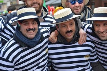 Feiernde Männer in Verkleidung