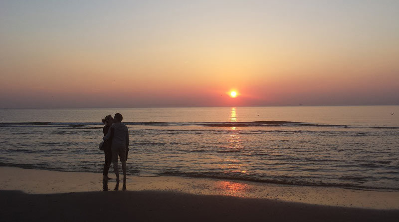 Paar bei Sonnenuntergang am Strand