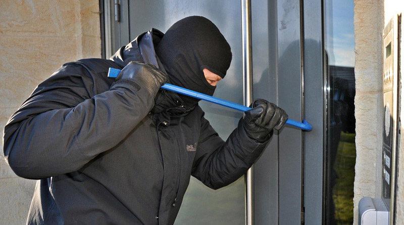 Einbrecher stemmt Haustür auf