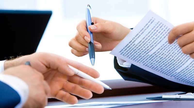 Zwei Hände, die jeweils einen Kugelschreiber halten