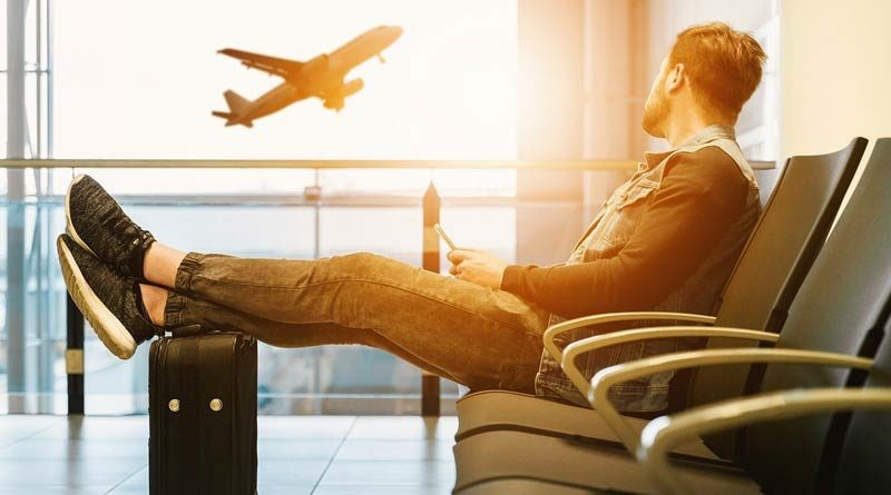 Reisender wartet auf Abflug
