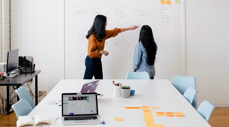 Zwei Frauen bei der Personaleinsatzplanung