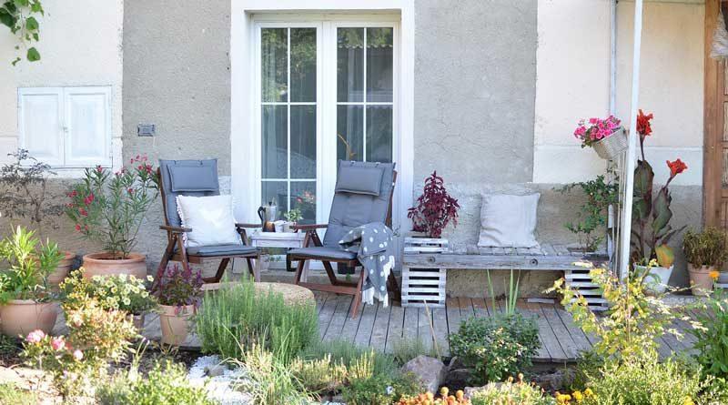 Terrasse mit Sitzgruppe und Pflanzen