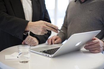 Berater und Kunde an einem Tablet