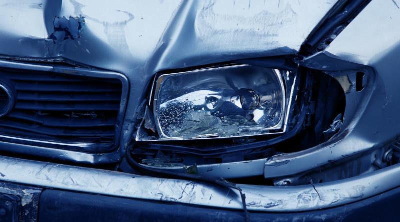 Beschädigte Autofront nach Unfall