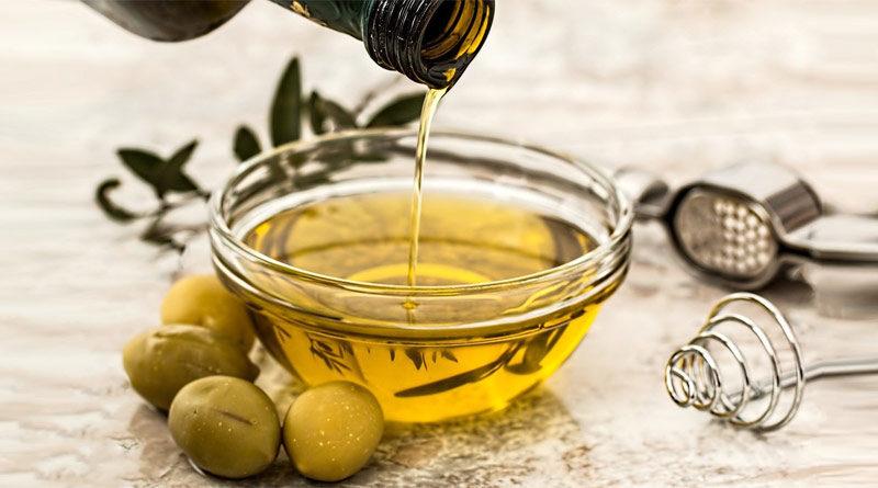 Olivenöl wird in eine Schale gegossen